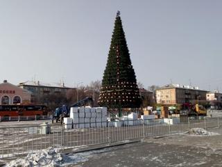 Главную новогоднюю елку Уссурийска украшают на центральной площади