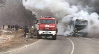 Туристы рассказали, как спасались из горящего автобуса на границе. Видео