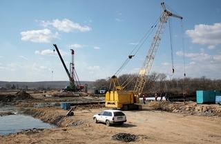 Строители завершили бурение опор моста через реку Кроуновка