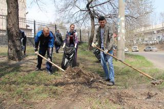Сотрудники транспортной полиции Уссурийска к Первомаю почистили городские газоны и подкрасили бордюры