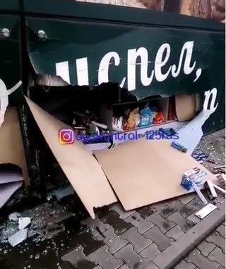 Таксист врезался в магазин