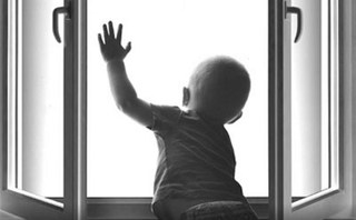 В Уссурийске ребенок выпал из окна