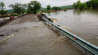 После сильных дождей на реке Кроуновка выставлены посты спасателей и ДПС