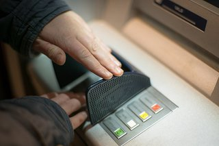 Постыдный поступок совершил военный у банкомата