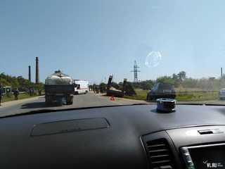 В Уссурийске столкнулись такси и КамАЗ, перевозивший бронетранспортер