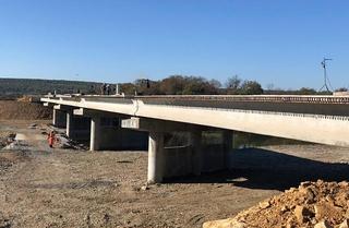 Строители моста в Кроуновку бетонируют дорожное полотно
