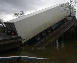 Под Уссурийском обрушился автомобильный мост