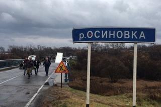 Спасатели достали и вскрыли машину, зажатую фурой на рухнувшем мосту в Приморье