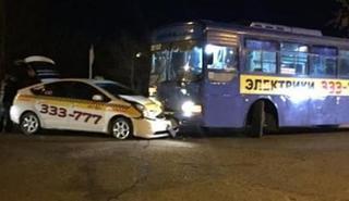 Рейсовый автобус протаранил такси в Уссурийске
