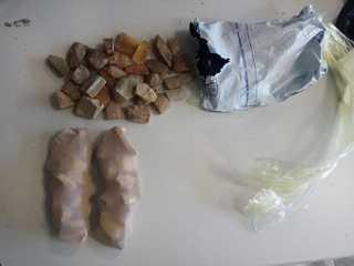 Более 2 кг янтаря обнаружили уссурийские таможенники под одеждой туристов
