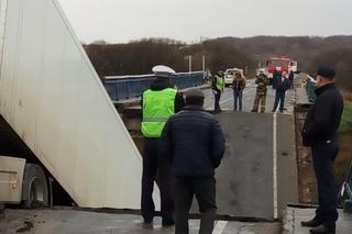 Суд оставил в СИЗО водителя фуры, задавившей людей на рухнувшем в Приморье мосту