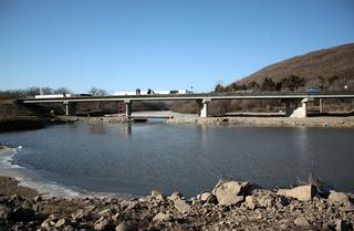 Завершаются работы по строительству нового моста в Кроуновке