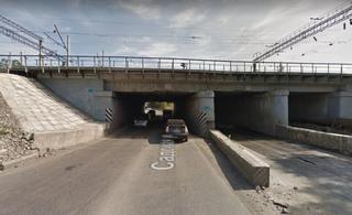 Грузовик эффектно протаранил мост в Уссурийске