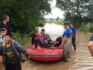 Уссурийцев эвакуируют с мест подтопления и доставляют в ПВР