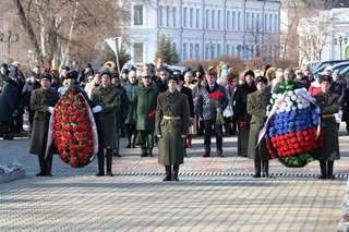Церемония возложения цветов и венков, посвященная Дню Неизвестного Солдата, состоялась на площади Победы в Уссурийске