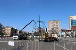 На центральной площади Уссурийска устанавливают новогоднюю елку