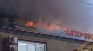 В Уссурийске рядом с АЗС вспыхнул сильный пожар