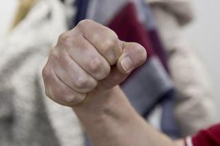 В Уссурийске 18-летний парень вымогал деньги у подростка, избивая его