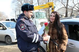 В Уссурийске сотрудники ГИБДД провели ежегодную акцию «Цветы для автоледи»