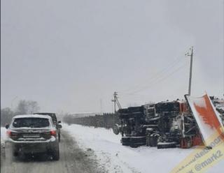 Снегоуборочная машина перевернулась в Уссурийске