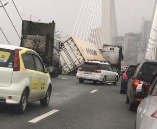 На Золотом мосту ураганным ветром с большегруза сдуло контейнер