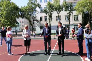 На территории 14 школы торжественно открыли универсальную спортивную площадку
