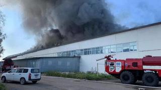 В Уссурийске загорелся крупный склад