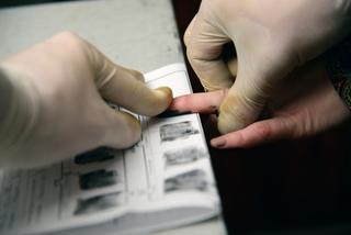 В Уссурийске лжепочтальона, ограбившую пенсионерку, полиция нашла по отпечаткам пальцев