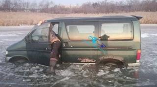 Очередной любитель рыбки проиграл в «зимнюю рулетку»