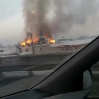 Мощный пожар охватил овощную базу в Уссурийске