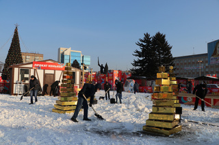 На центральную площадь Уссурийска завезли снег