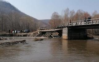 Автомобиль, в котором находились шесть человек, съехал в реку в Приморье