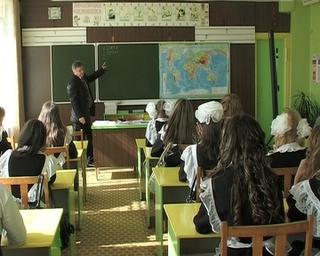 Депутаты ЗакСа подарили новошахтинской школе 50 тысяч рублей