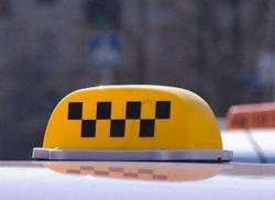Пассажиры, угрожая расправой, ограбили таксиста